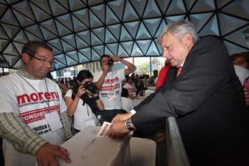 19-noviembre-2012-vota-AMLO-en-Congreso-Nacional-MORENA